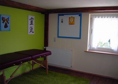 Behandlungsraum Energetische Heilpraxis Reiki-Fit - Liege und Tafel