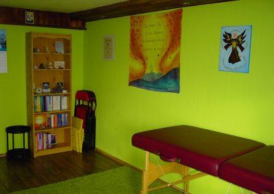 Behandlungsraum Energetische Heilpraxis Reiki-Fit - Bücherregal und Liege